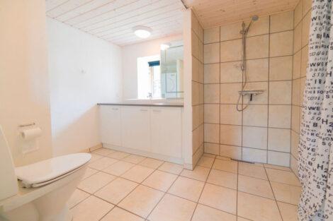 Ferielejlighed Øst, badeværelse i stueplan | Feriecenter Slettestrand