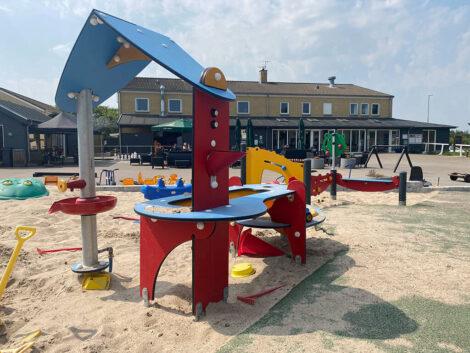 Sand- og vandlegemiljø på den handicapvenlige legeplads | Feriecenter Slettestrand