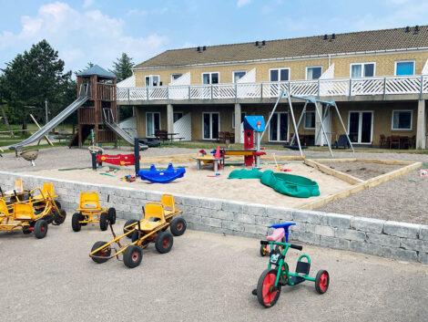 Sjovt legemiljø med tilgængelig legeplads, mooncars mm. | Feriecenter Slettestrand