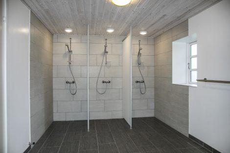 Der er to baderum med toilet i Laden