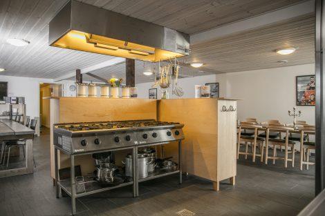 Køkken med storkøkken faciliteter i Laden