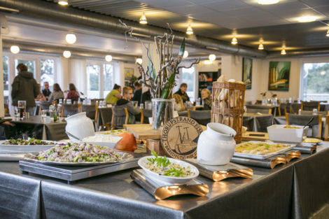 Dagens middag serveret på buffet på Feriecenter Slettestrand.