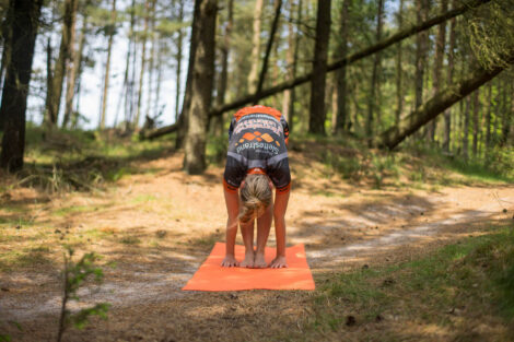 Yoga i naturen - foroverbøjning   Foto: Jens Thimm Valsted